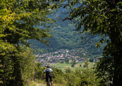 Cycliste seul roulant sur un sentier de campagne